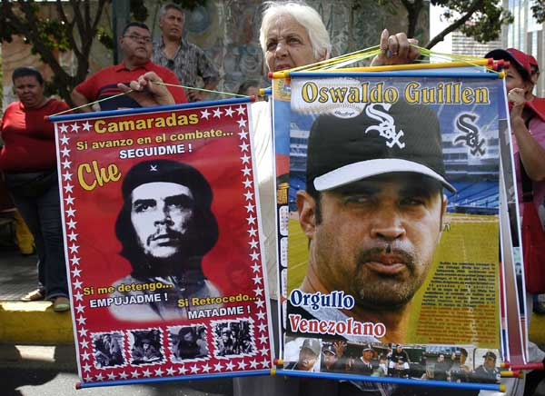 A street vendor sells posters of Oswaldo &#34;Ozzie&#34; Guillen, manager of the Chicago White Sox, right, and Che Guevarra in Caracas, Venezuela, Friday, Nov. 4, 2005. The poster of Guillen reads &#34;The Pride of Venezuela.&#34;  <span class=meta>(AP Photo&#47;Gregorio Marrero)</span>
